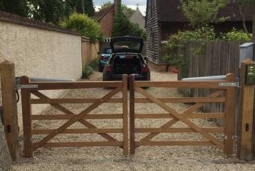 Electric five bar gates