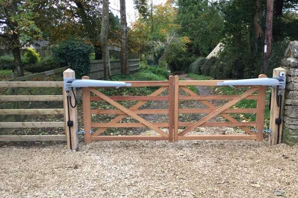 Electric 5-bar gates and entry keypad