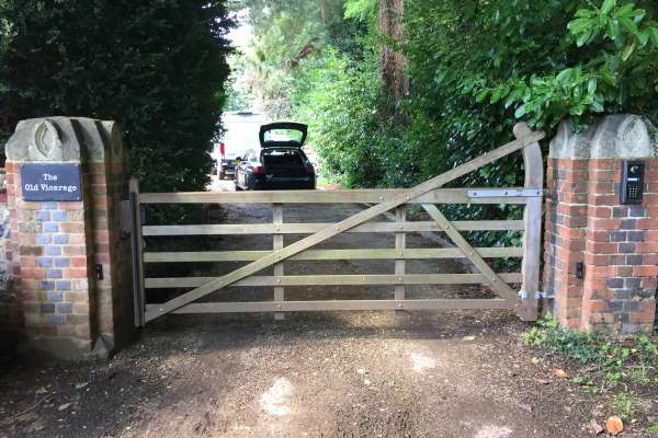 Wooden 5-bar gate automation