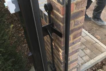 Sliding gate mechanism